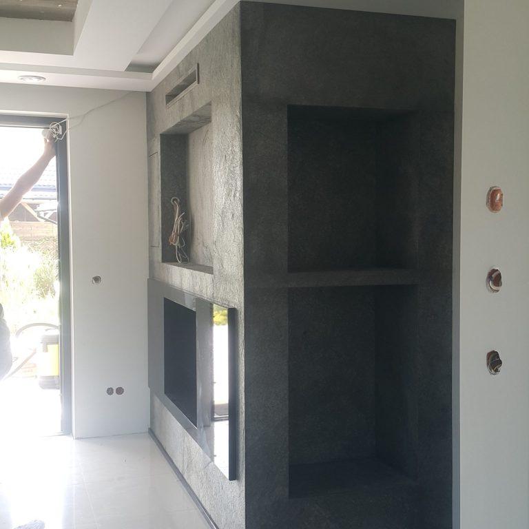 Kominek z forniru kamiennego z półkami