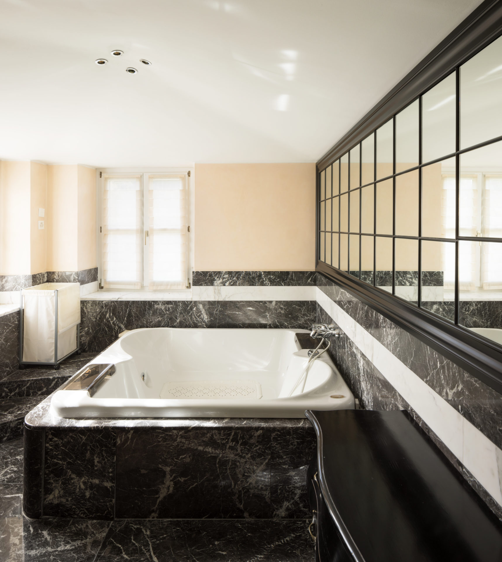 Wizualizacja łazienki z wykorzystaniem ciemnego granitu