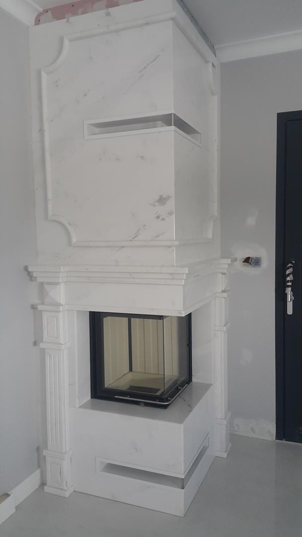 Elegancki kominek z białego marmuru