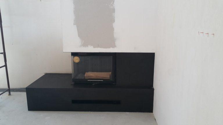 Czarny kominek z matowego spieku kwarcowego