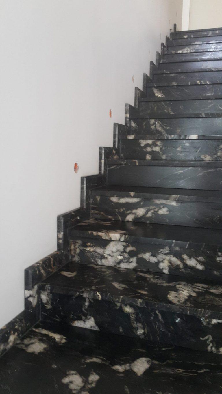 Schody z ciemnego granitu