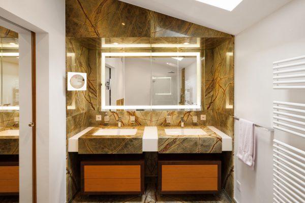 Łazienka z elementami kamienia